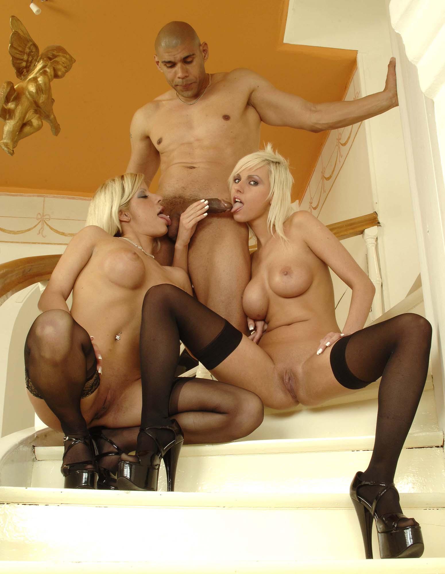 Смотреть как блондинка развлекается в компании с неграми фото 460-368