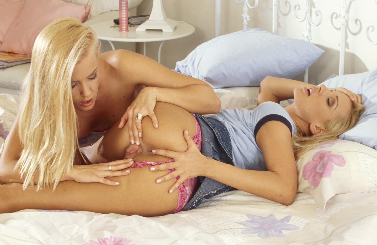 Пердолят телку блондинки лесбиянки смачно лижут друг другу жопы баб