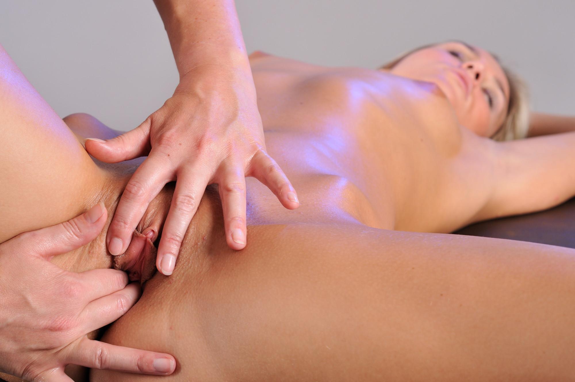 Massages the vagina
